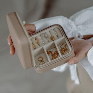 Box zur Schmuckaufbewahrung wird in Händen gehalten
