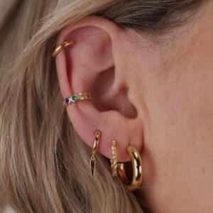 Viele Ohrringe und Hoops getragen an einem Ohr